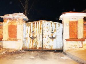 Ворота в ночном Кронштадте